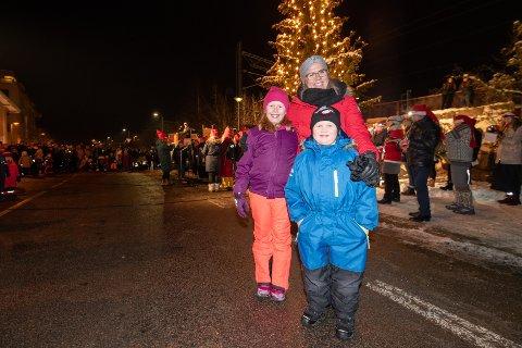 TRADISJON: Mamma Rebecca Hynes hadde tatt med seg Aurora Hynes (9) og Andreas Hynes (5) på julegateåpning i Lillestrøm. De er på plass hvert eneste år, og for dem er åpningen selve startskuddet på jula.