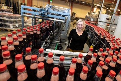 SLÅR ALT: En telefonsamtale gjorde at Katrine Bergersen Klemp og resten av Den lille brusfabrikken måtte produsere hundretusenvis av flere flasker med julebrus. – Dette slår alt, sier hun.