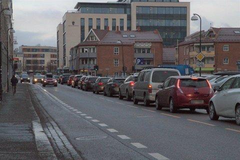 KØKAOS: Køene i Lillestrøm er en utfordring. Etter at Storgata ble stengt i mai i år er det enkelte steder i byen stillestående kø i rushtrafikken.