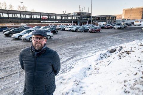 Ber folk endre vaner: Arbeiderpartiets Bjørnar Sølvik-Jensen mener det bør gå fint om antall parkeringsplasser ved Skjetten nærsenter og Skjetten stadion reduseres betraktelig.