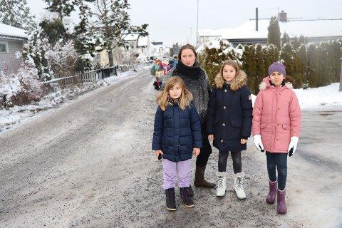 Kjør riktig her: Oppfordringen er klar fra FAU-leder Ingvild Stokstad ved Vigernes skole. Her sammen med elevene Julie S. Kvalen (t.v.), Emma S. Kvalen og Adela Josephine Sandness.