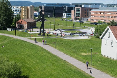 FÅR DO OG VANN: Ved det populære skateanlegget i Rådhusparken i Lillestrøm blir det i disse dager installert en drikkefontene, og i løpet av høsten kommer det på plass et offentlig toalett.