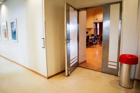 KAN LUKKES: Onsdag kan denne døra bli lukket for offentligheten. Kommuneadvokaten sier lukking kan bli ønskelig for å sikre en åpen og god dialog.