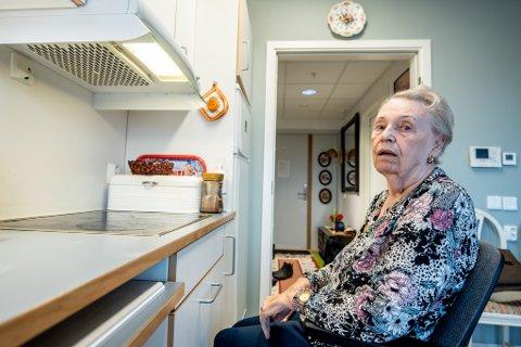 KOSTBAR MATLAGING: Rønnaug Henningsen (86) skulle bare steke laks til lunsj. Det endte med brannutrykning og en faktura på 5.000 kroner.