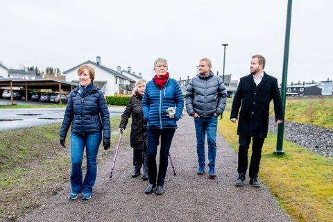 POSITIVE: Beboerne forteller at de trives i området, og at de er fornøyde med kommunens tiltak. F.v. Solveig Heggedal, Jorunn Hynes, Hanne Goksøyr, Terje Nilsen og Bjarki Reyr.