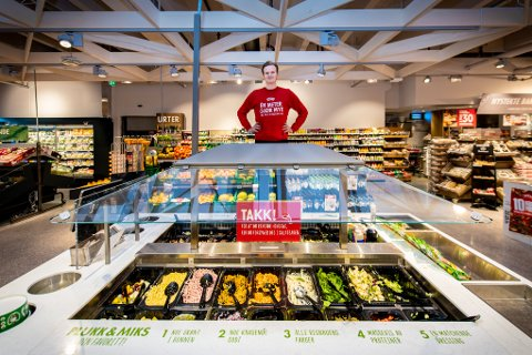 ØKER: Butikksjef Andreas Vikre forteller om et hektisk første år for Meny-butikken. Særlig lunsjmat har det gått mye av under koronatiden.