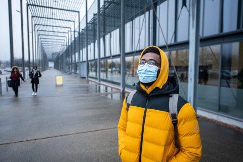 BEKYMRET: Zach Mohammed (23) forteller at han er litt bekymret for smittevernet, når så mange elever samles på ett sted.