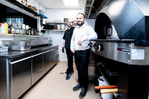 DRIVER GODT: Kokk Bilal Klayt (t.v.) og eier og daglig leder Ali Al-Turk hos den libanesiske restauranten Feniqia i Lillestrøm.