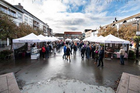 BONDENS MARKED: Det populære markedet vender tilbake til byen i helga, til tross for korona. Bildet er fra markedet i oktober i fjor.