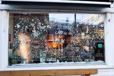 JULEPYNTET: Hos La Luna kaffebar er vinduene pyntet til jul. De er en av 18 bedrifter i Lillestrøm som er med i julevindu-konkurransen.