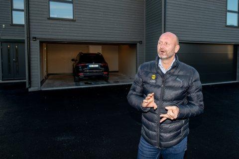 GOD DAG: Samme dag som LSK slo Sogndal, kunne klubbens daglige leder Robert Lauritsen glede seg over store inntekter fra salget av boligen i bakgrunnen.