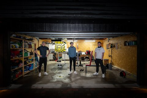 HJEMMEGYM: I en garasje i LIllestrøm har Emil Rodem (t.v.), Hans Skårer og Jonas Karlsrud samlet utstyr for å lage sitt eget treningssenter.