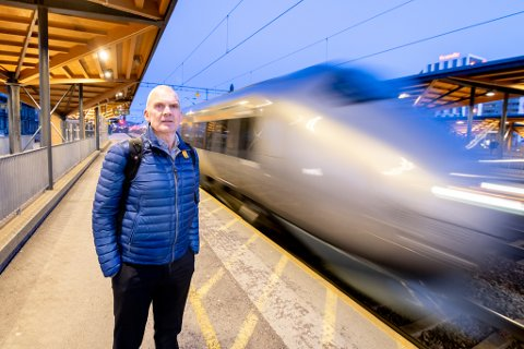 Farlig: Denne tirsdags ettermiddagen i Lillestrøm var det rolig grunnet vinterferien. Normalt er det fullt av folk på perrongen når Flytoget feiet forbi i 160 km/t.  – Sikkerheten er på ingen måte god nok, sier sikkerhetsekspert Sigurd Heier.