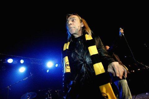 Hylles: Jahn Teigen er død, 70 år gammel. LSK-fansen har et helt spesielt forhold til Teigens låt Optimist, som han har fremfører med LSK-skjerf rundt halsen i 2005.