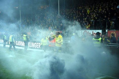 Dramatisk: I sluttminuttene av oppgjøret LSK-Start ble det kastet røykbomber på Åråsen-matta. Nå har to supportere fått sin straff, som er anket.