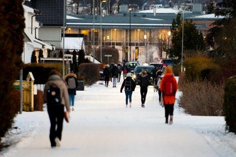 TRAFIKKERT: Her i Tor Jonssons gate i Lillestrøm ferdes mange barn og biler hver morgen. Foreldrene er bekymret for ulykker.