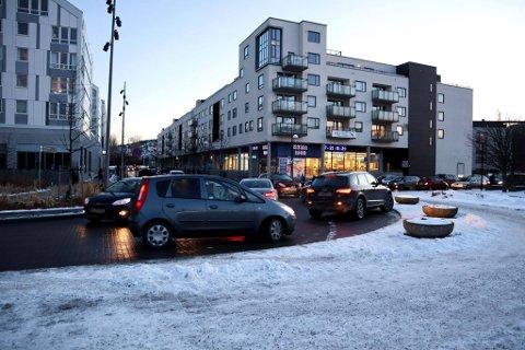 KAOTISK: Her på Lillestrøm syd ser beboerne kaos i trafikken hver dag. Nå ber de kommunen om å gjøre noe med problemet.