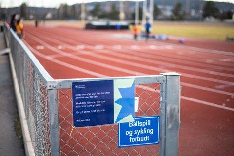 PLAKATER: Disse plakatene er hengt opp ved mange idrettsanlegg i Lillestrøm kommune.