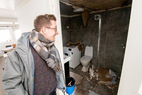 BADET: Huseier Roeland Henkens og samboeren måtte dusje på jobben i et år, etter at gulvet på badet sank. Senere falt også en plate ned fra taket.