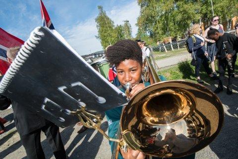 KORPS: Korpsene kan spille på 17. mai i år, men med koronarestriksjoner. Bildet er fra barnetoget ved Kjeller skole i fjor.