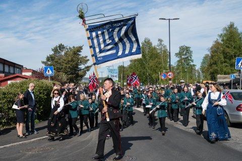 IKKE LIKE TETT: Korpsene må i år ha avstand mellom hver musikant. Bildet er fra da Lillestrøm skolekorps spilte i 17. mai-toget ved Kjeller skole i fjor.