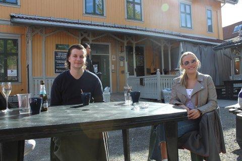 FØLGE RÅDENE: Kristoffer Andersen og Emilie Kristiansen var på Kulturpuben i Lillestrøm på lørdag. Stedet får ros av politiet for sin håndtering av smittevernreglene. Foto: Pia Charlotte Fredriksen