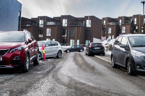 KAOS: Mangel på parkeringsplasser for gjester skapte kaos i et nytt boligfelt på Kjeller i fjor. Nå vil politikerne legge inn et minstekrav om antall gjesteparkeringsplasser i nye boligprosjekter.