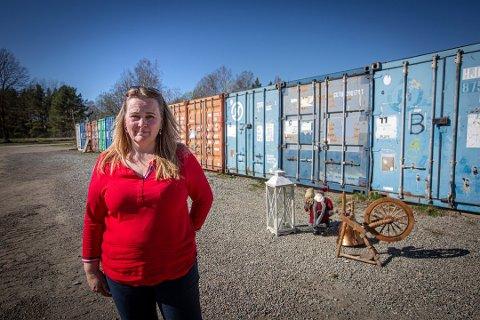 TENKER NYTT: Christin Fiskvik og Lillestrøm skolekorps selger unna møbler og sykler utenfor Nebbursvollen søndag 10. mai.