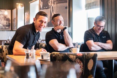 GJENÅPNER: Roberto (t.v.), Nicolay og Antonio Lepore åpner dørene til restauranten igjen i dag. Nå får de og andre endelig lov å servere ved bordene igjen.