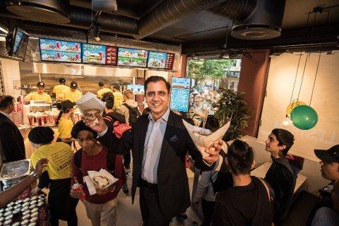 VELDIG BRA: Tariq Aziz driver kebabkjeden sammen med de fire brødrene sine. Det første hele året i Lillestrøm har ifølge Aziz gått veldig bra, og tiden fremover skal bare bli enda bedre.
