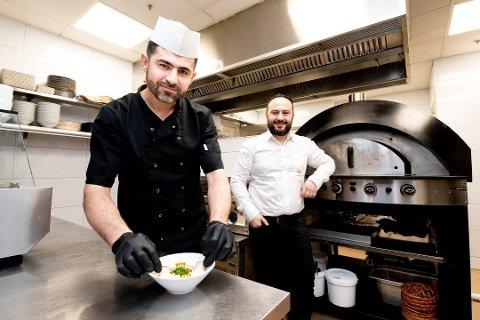 POPULÆRE: Kokk Bilal Klayt (t.v.) og eier og daglig leder Ali Al-Turk hos den libanesiske restauranten Feniqia i Lillestrøm. Foto: Vidar Sandnes