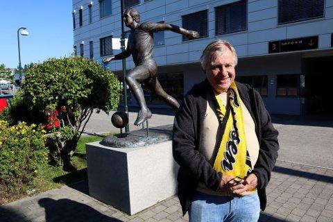 VIL HEDRE TOM LUND: Tron Stenersen er blant initiativtagerne til en Folkets gave til 70-årsjubilanten Tom Lund, her på statue utenfor Åråsen.