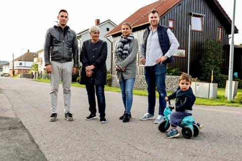 FIKK IKKE GJENNOMSLAG: Stian Aalykke (f.v.), Gerda Guldhaug, Jeanett Finnestrand og Andreas Havdahl er alle bekymret over trafikken i Voldgata der de bor. Spesielt bekymret er de for ungene i gata, her representert ved Mikael Aalykke (3), når biler og lastebiler kommer susende forbi. De ønsket fartshumper, men har nå fått avslag av kommunen. Foto: Tina Aardahl