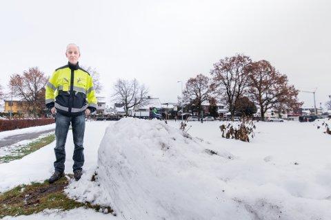 FRUSTRERT: Roger Solli, fagleder for vei og veilys i Lillestrøm kommune, vil ha sparkesyklene fjernet.