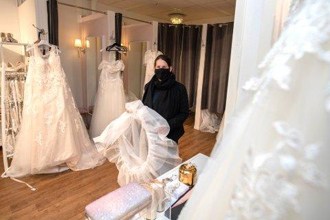HOLDER ÅPENT: Hanne Martinsen eier og driver kjolebutikken Anna Johnson i Lillestrøm. Hun vil i likhet med de andre butikkene på gateplan holde butikken åpen fremover, og sørger for å ivareta smittevernet.