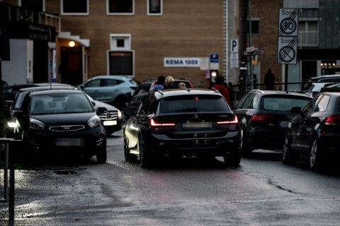 TRANGT: Det blir trangt i dette krysset, når både biler og fotgjengere skal fram.