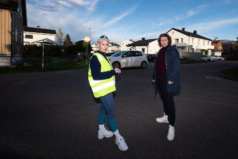 BEKYMRET: Thea Bråten Christensen (t.v.) og Ida Karine Grefslie reagerer på at kommunen mener det ikke er behov for trafikksikkerhetstiltak på boligområdet. De er bekymret for de myke trafikantene, og spesielt barna.