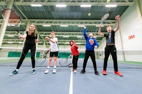 FLERE VIL VÆRE MED: Lillestrøm Tennisklubb forteller om økt pågang det siste året. Her er Maia Alezy Groven (13), Victor Alezy Groven (11), Oliver Brand Olsen (9), Casper Rinaldi Tuneid (10) og Kasper Eriksen (13) i aksjon.