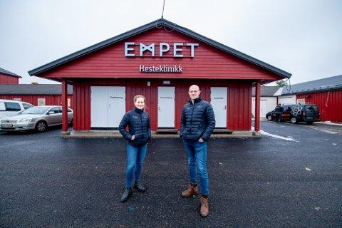 NYE LOKALER: Empet flytter inn her på Hellerud Gård i mars. (f.v) Veterinær Ellen Margrethe Giving og daglig leder i Romerike hesteklinikk, Lars Olaf Moen.