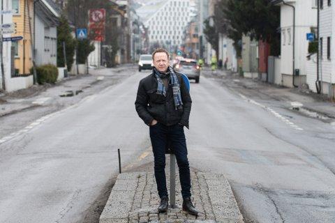 BEKYMRET FOR TRAFIKKEN: Lillestrøm-beboer Arve Gundersen er bekymret for lange køer og mer trafikk inn i boligområdene når Storgata stenges.