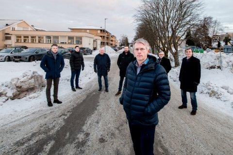 REAGERER: Representanter for eiendomsselskapene som eier tomter i området, reagerer på at forutsetningene for utbygging er endret. Johnny Brevik (Bori, foran). Bak f.v.: Anders Veidahl (AF Eiendom), Tom Erik Skavhaug (Hvam Invest), Tormod Søbyskogen (AF Eiendom), Pål Sindre Amundsen (Skedsmo Eiendom), Geir Opedahl (Bori Utbygging) og Gregers Barfod (Mallin Eiendom).