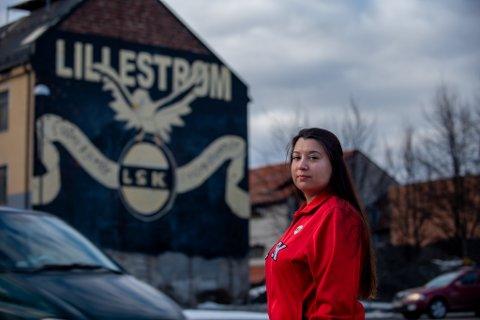 """VEGGEN MIN: Christine Tovik (33) var en av et titalls kanarifans som laget Kanariveggen i 2007. Hun synes det er trist at kunstverket, som hun kaller """"veggen min"""", snart skal rives."""