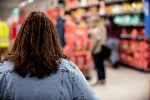 KONTROLLERER: Kvinnen på bildet jobber i Securitas og jobbet fredag med å kontrollere en rekke butikker i Lillestrøm med tanke på smittevernreglene.