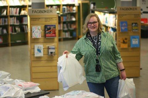 PAKKER: Sara Beskow er bibliotekar, og har sammen med flere kolleger i kommunen tatt imot bestillinger og pakket for harde livet den siste tiden.