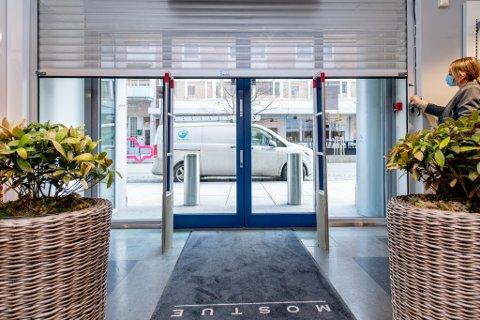 GITTERET NED: Klokka er 12.00 og medeier Guro Øveraas Mostue ruller ned gitteret foran klesbutikken i Storgata i Lillestrøm.