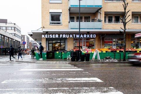 STØRRE AREAL: Keiser Fruktmarked har søkt om å bruke en større del av butikken sin på søndager og helligdager, for å unngå lange køer og dermed bedre smittevernet.