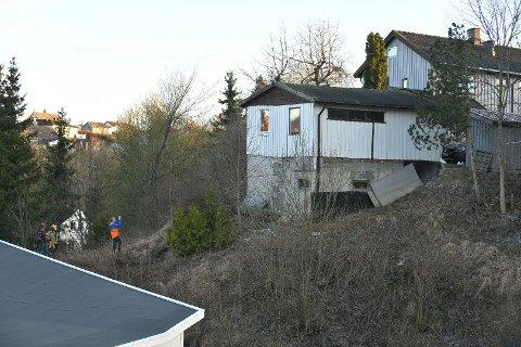 EIERS ANSVAR: Lillestrøm kommune, og tidligere Skedsmo kommune, er tydelige på at eier har ansvar for bygningene på egen eiendom. Denne garasjen på Skjetten er i ferd med å skli ut og kollapse.