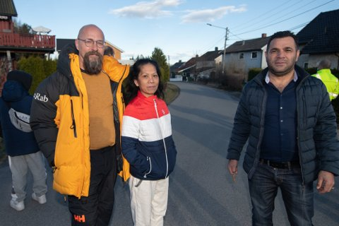 FÅR FLYTTE TILBAKE: Terje Lervåg (f.v.), Dolores Padilla og Kaled Sadek bor i tomannsboligen som har sunket på Skjetten. Etter å ha vært evakuert i seks dager, kan de nå flytte tilbake. Foto: Vidar Sandnes