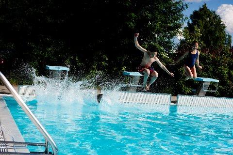 BADEGLEDE: Det er foreløpig usikkert når barna igjen kan hoppe i bassenget på Nebbursvollen.