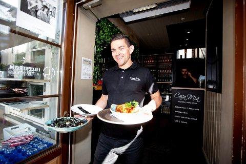 FÅR BESTILLINGER: Casa Mia opplever stadig at folk bestiller bord, til tross for at de ikke har åpent. Daglig leder Roberto Lepore er glad for at mange ønsker å spise hos dem, og håper de kan åpne for gjester snart.